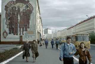 Норильск. На одной из улиц города. 1993 год © Жан-Поль Гийото