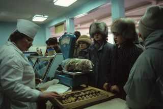 Порт Провидения, Берингов пролив. В продуктовом магазине. 1991 год © Жан-Поль Гийото