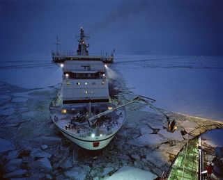 Член экипажа ледокола Botnica поднимается на Fennica, чтобы забрать запасную деталь от двигателя. © Mark Power Magnum Photos