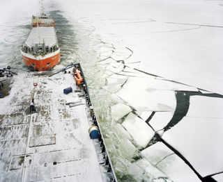 Fennica взял на буксир голландский танкер Helene. © Mark Power Magnum Photos