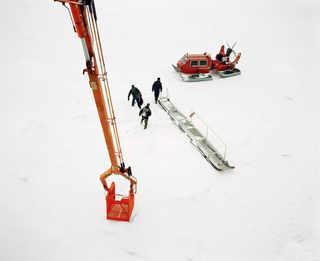 Студенты-судостроители, только что побывавшие на Fennica, садятся на аэросани. © Mark Power Magnum Photos