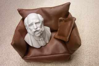 Мини-бюст на мини-кресле (коричневом)