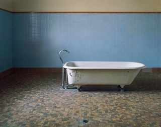 Ванная для пациентов, Fairfield State Hospital Newtown, Connecticut, 2003© Christopher Payne