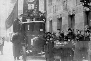 Большевики с плакатами на улицах Петрограда во время выборов в Учредительное Собрание