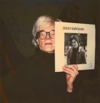 Энди Уорхол с альбомом Сергея Курехина , Нью-Йорк, середина 80х