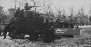 Красная гвардия — добровольные вооруженные отряды, на фоне броневика