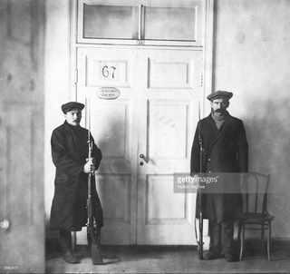 Красная Гвардия охраняет кабинет Ленина и Троцкого