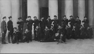 Моряки из Кронштадта у входа в Таврический дворец