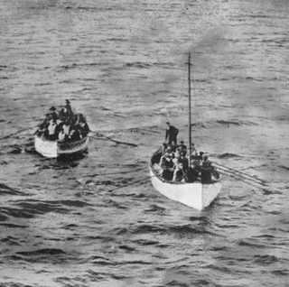 "15 апреля 1912, Спасшиеся пассажиры подплывают к лайнеру ""Carpathia"""