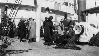 "15 апреля 1912, Спасшиеся пассажиры на борту лайнера ""Carpathia"""