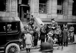 Апрель 1912, Люди ждут последние новости у дверей офиса The White Star Line в Нью-Йорке