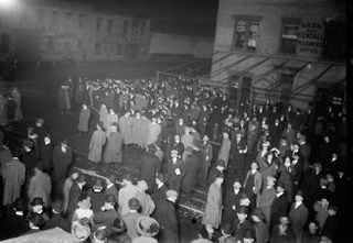 """18 апреля 1912, Толпа в ожидании возвращения лайнера """"Carpathia"""" в Нью-Йорк"""