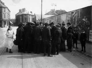 1912 Толпа в Devonport осаждает спасшегося пассажира в надежде услышать его историю