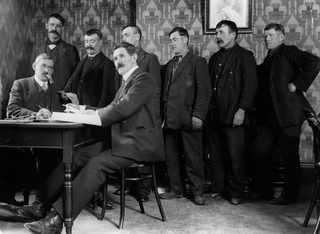 Апрель 1912, J. Hanson, окружной секретарь National Sailors and Firemen's Union, выплата наград оставшимся в живых пассажирам