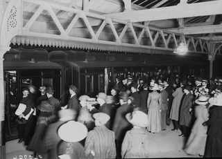 29 апреля 1912, Родственники ожидают на платформе приезда спасшихся пассажиров в Southampton