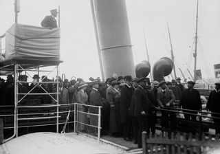29 апреля 1912, Родственники ожидают высадки на берег выживших членов экипажа в Southampton