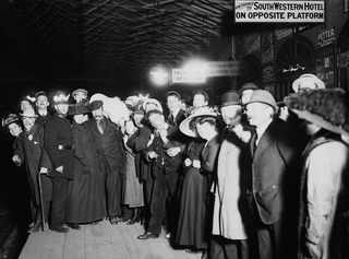 29 апреля 1912, Родственники ожидают приезда спасшихся пассажиров в Southampton