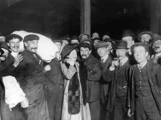 29 апреля 1912, Родственники поздравляют прибывших спасшихся пассажиров