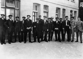 29 апреля 1912, Выжившие стюарды выстроились в линию около зала ожидания первого класса в ожидании вызова на допрос комиссией по расследованию