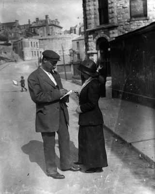 29 апреля 1912, Выживший пассажир дает женщине автограф