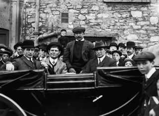 29 апреля 1912, Четверо братьев Pascoe (выжившие члены экипажа) возвращаются в Southampton