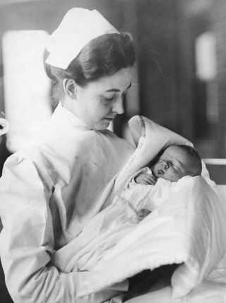 Ноябрь 1912, Медсестра держит на руках новорожденного Lucien P. Smith младшего. Его мать Eloise была беременна в момент кораблекрушения Титаника и возвращалась после медового месяца. Отец Lucien погиб в катастрофе. Позднее Eloise вышла замуж за Robert P. Daniel, также выжившего в кораблекрушении