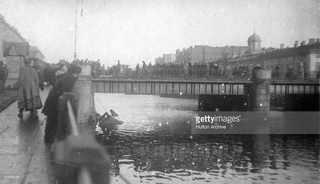Толпа на мосту смотрит на упавший в воду автомобиль, Москва