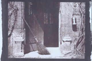 Открытая дверь. Лист VI из альбома «Карандаш природы». Апрель 1844. Калотипия. Бумага; соляная печать с бумажного негатива. Национальный музей науки и медиа, Брэдфорд, Великобритания © Science & Society Picture Library